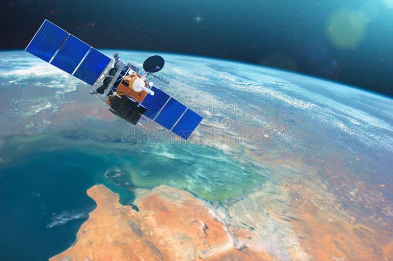 Спутник связи космоса в низкой орбите вокруг земли Элементы этого изображения поставленные NASA стоковое фото