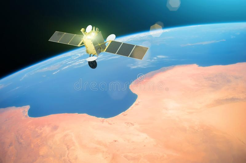 Спутник связи космоса в орбите вокруг земли Элементы этого изображения поставленные NASA стоковые изображения