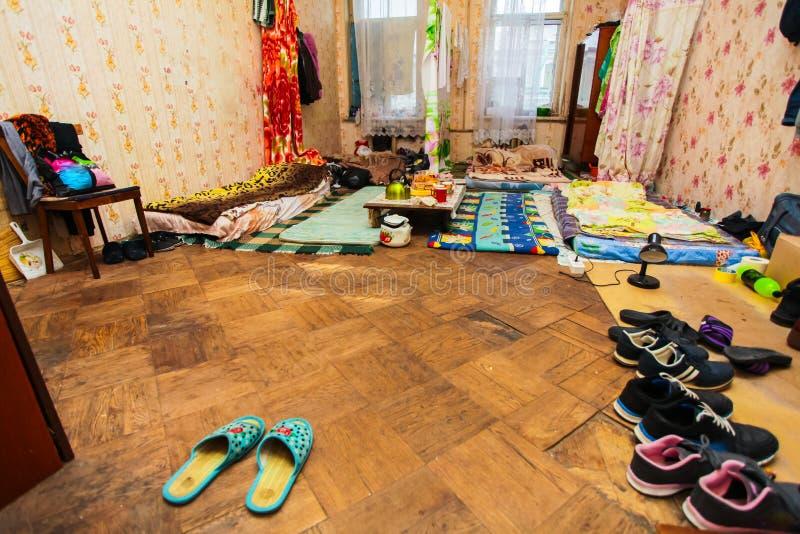 Спящ и ел зону для беженцев в временной квартире для жить стоковые фотографии rf
