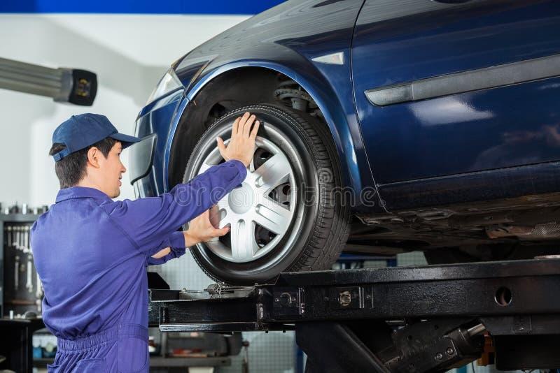 Сплав отладки механика к автошине автомобиля стоковые изображения