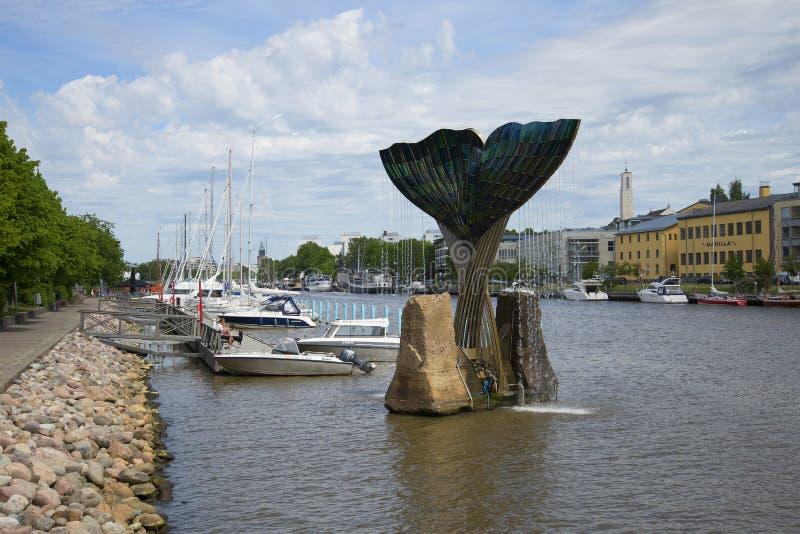 Download ` Сработанности ` фонтана на портовом районе ауры реки Финляндия Turku Редакционное Стоковое Изображение - изображение насчитывающей небо, река: 81814494