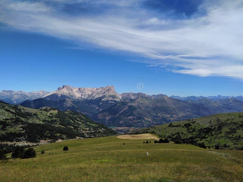 Сравнивая трава горы облака стоковые фотографии rf
