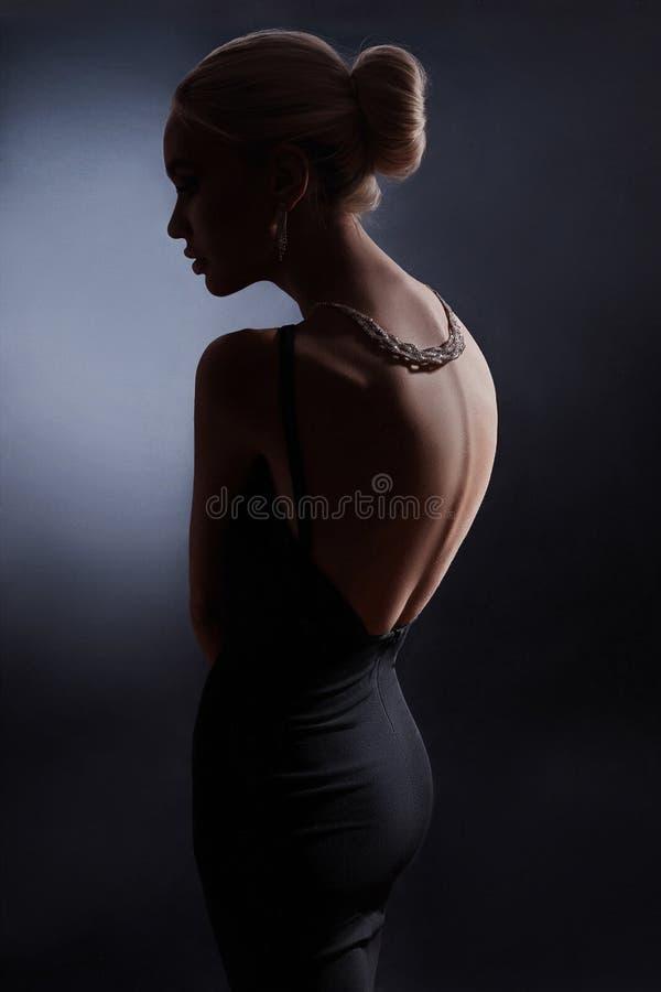 Сравните портрет женщины моды на темной предпосылке, silhouet стоковое изображение rf