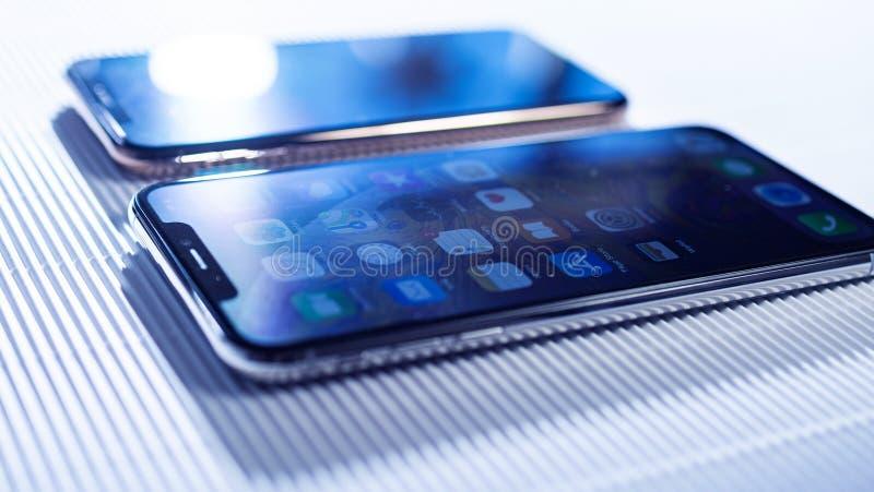 Сравните iPhone Xs и Xs Макс на белой предпосылке стоковая фотография
