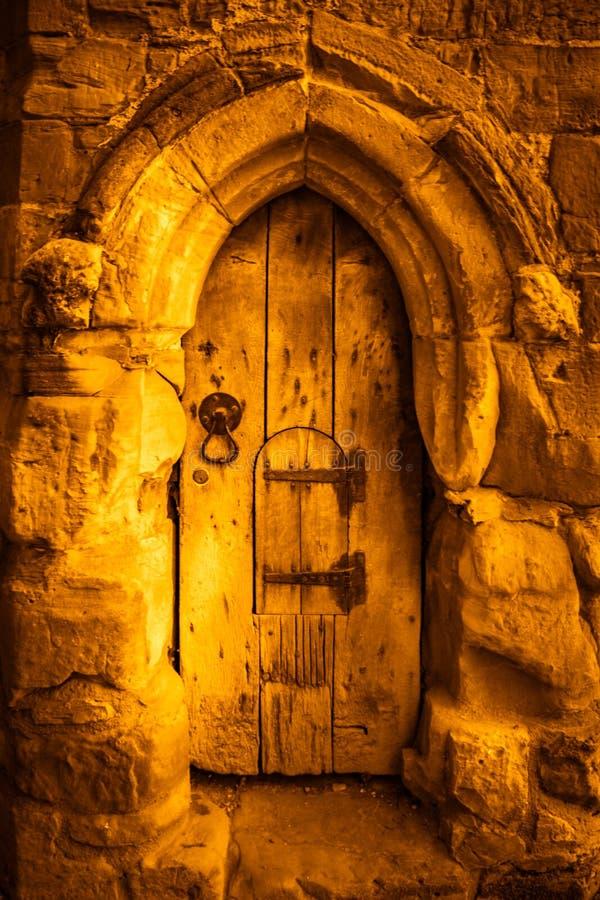 СРАЖЕНИЕ, ВОСТОЧНОЕ SUSSEX/UK - 30-ОЕ ИЮНЯ: Старая выдержанная деревянная дверь на стоковая фотография rf