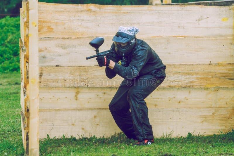 Сражение, игроки и оружи игры пейнтбола Латвия, Cesis 2012 стоковые изображения rf