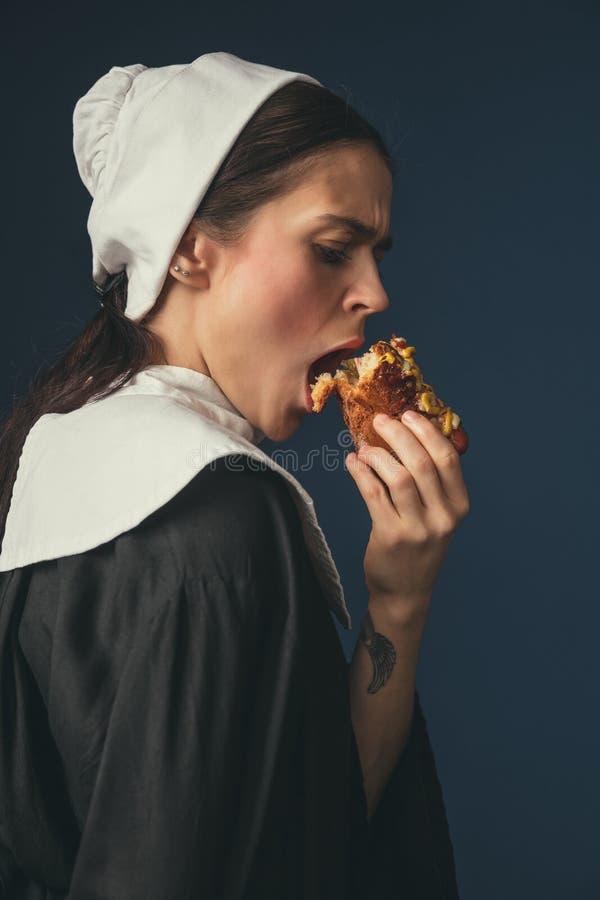 Средневековая молодая женщина как монашка стоковые фотографии rf
