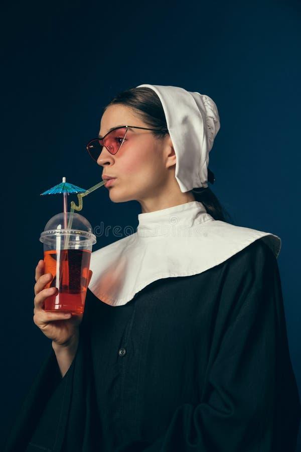 Средневековая молодая женщина как монашка стоковые фото