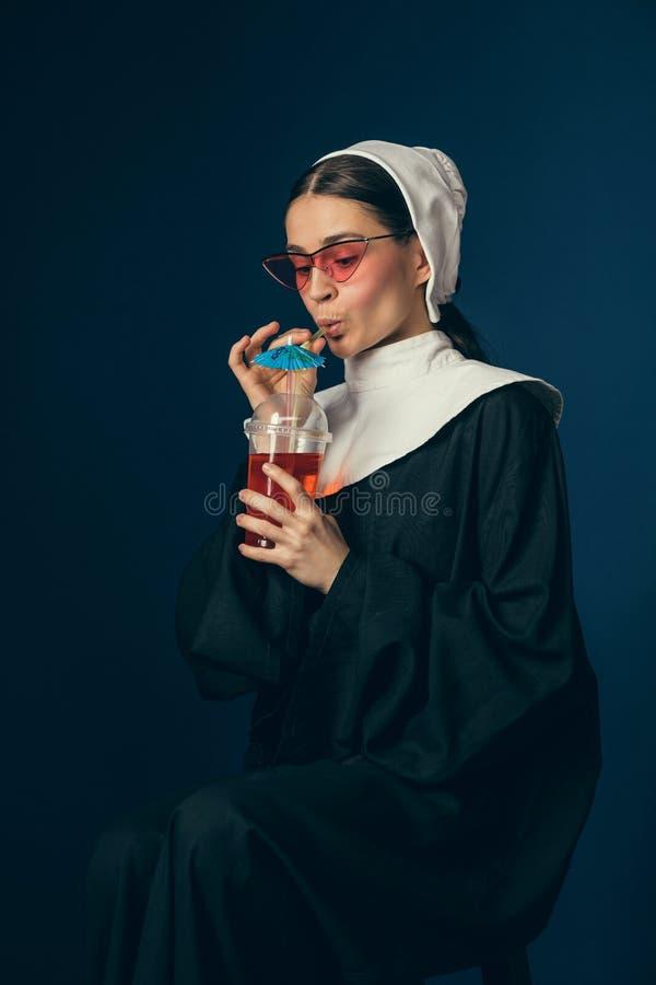 Средневековая молодая женщина как монашка стоковая фотография rf