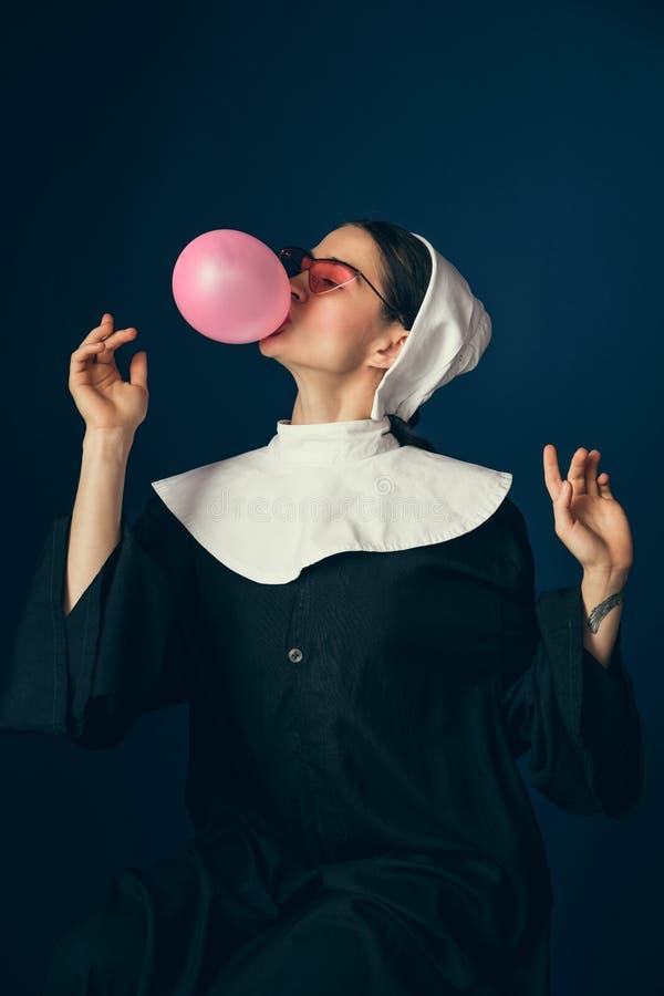 Средневековая молодая женщина как монашка стоковое фото