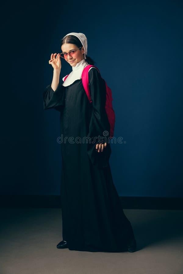 Средневековая молодая женщина как монашка стоковые изображения rf