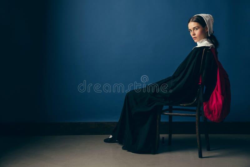 Средневековая молодая женщина как монашка стоковое изображение