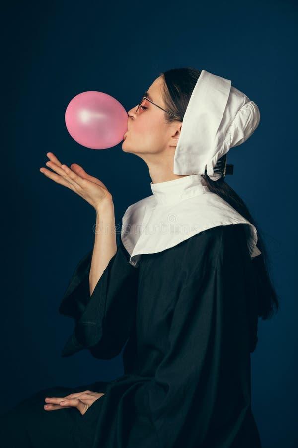 Средневековая молодая женщина как монашка стоковые изображения