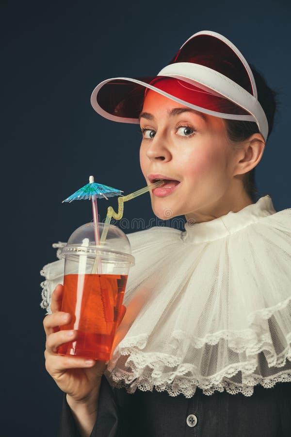 Средневековая молодая женщина как монашка стоковая фотография