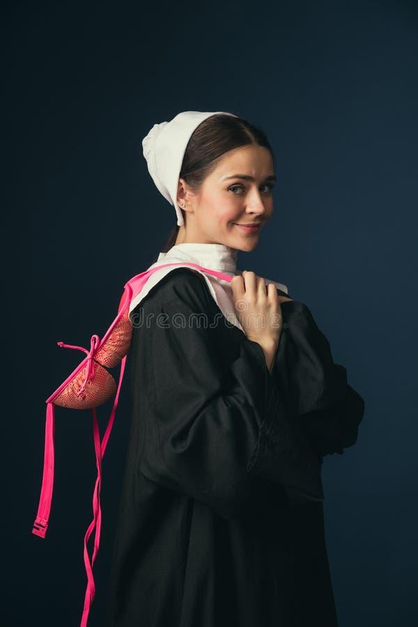 Средневековая молодая женщина как монашка с бюстгальтером стоковое изображение