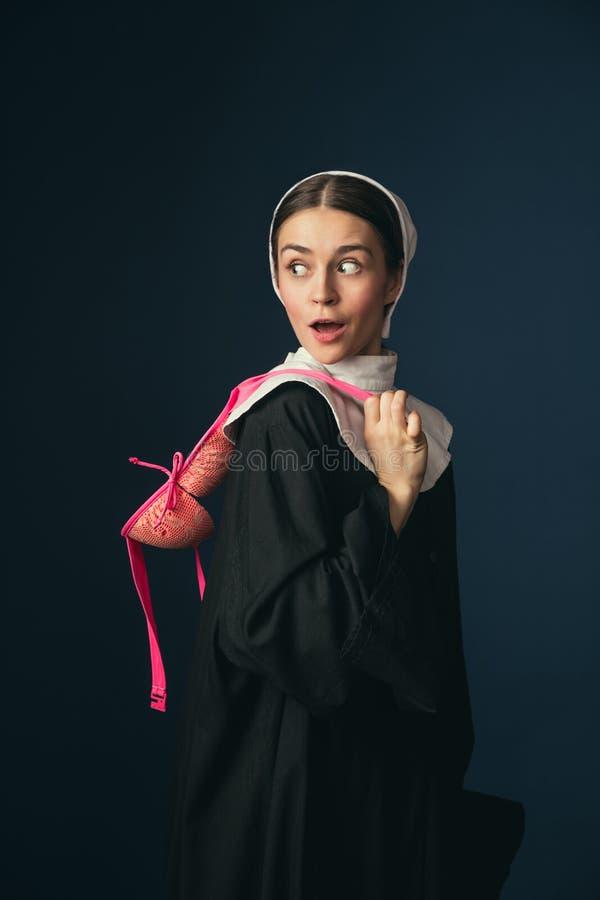 Средневековая молодая женщина как монашка с бюстгальтером стоковая фотография