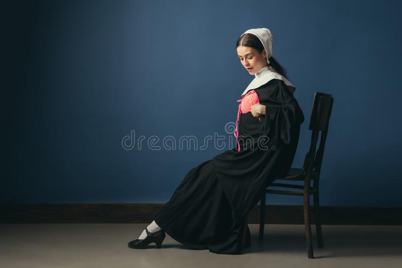 Средневековая молодая женщина как монашка с бюстгальтером стоковые фото