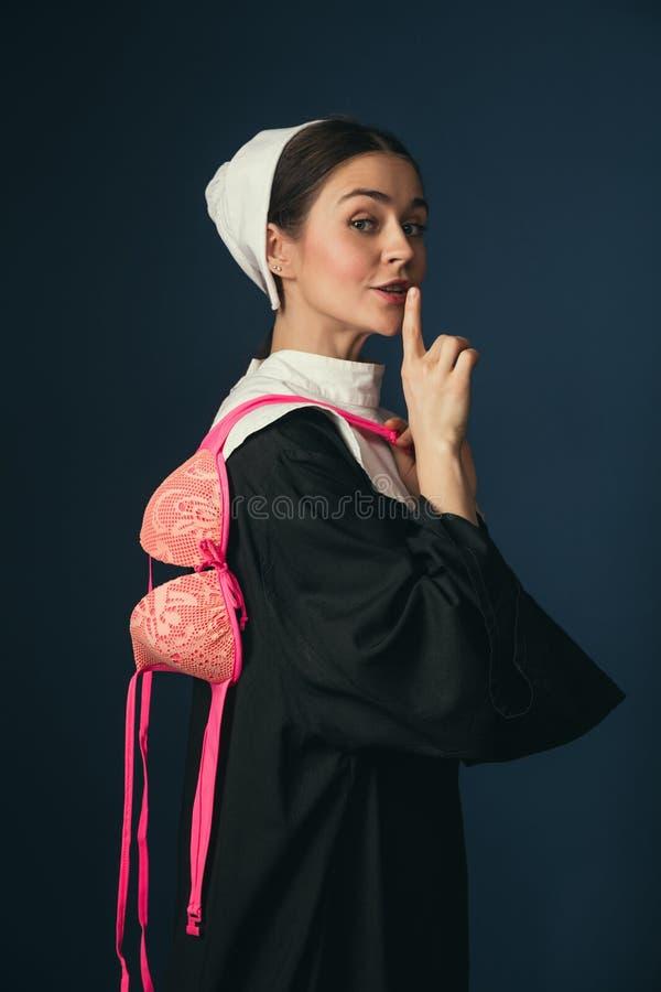 Средневековая молодая женщина как монашка с бюстгальтером стоковое фото rf