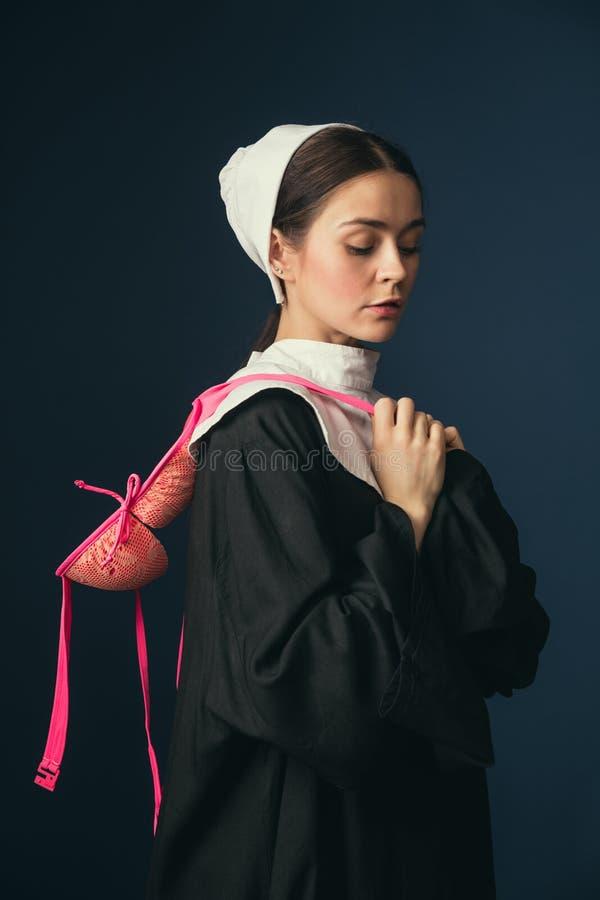 Средневековая молодая женщина как монашка с бюстгальтером стоковые фотографии rf