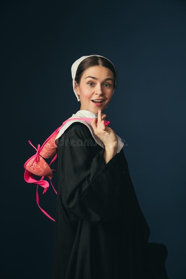 Средневековая молодая женщина как монашка с бюстгальтером стоковая фотография rf