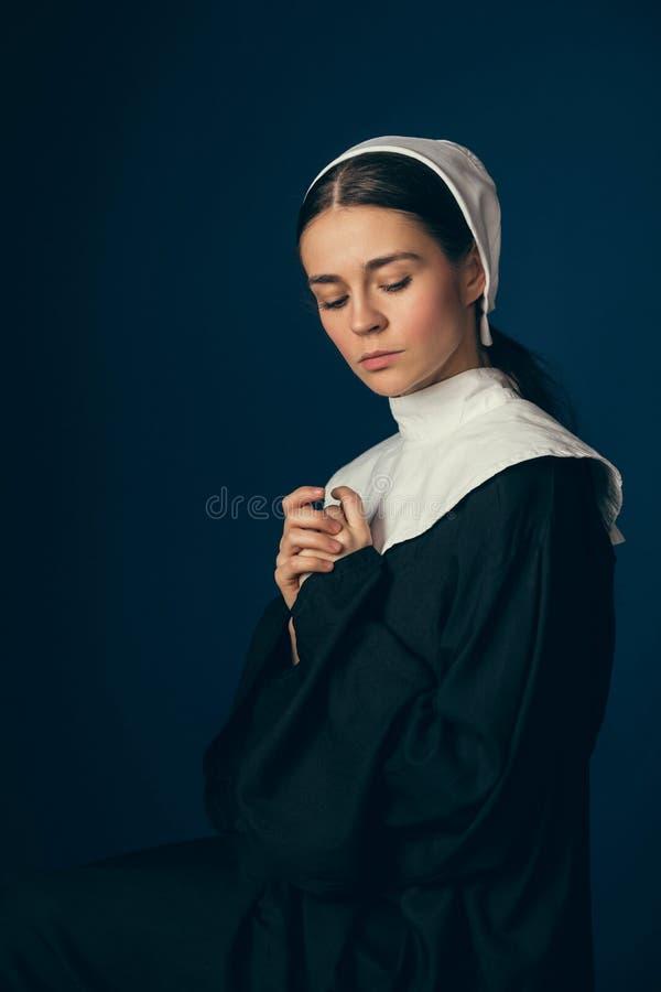 Средневековая молодая женщина как монашка стоковое фото rf
