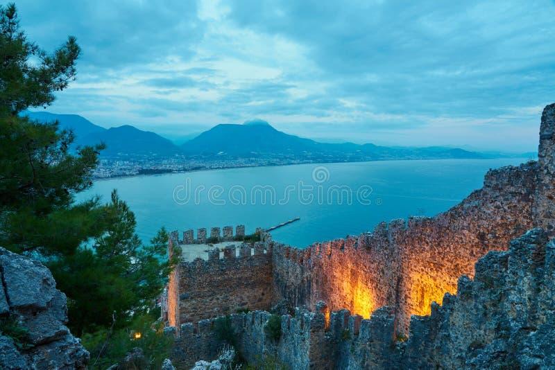 Средневековая стена в Alanya, Турции в вечере стоковые изображения