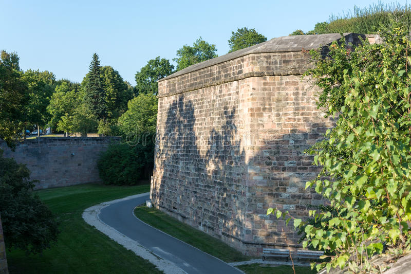 Средневековая стена города в Нюрнберге в солнце после полудня стоковые фото