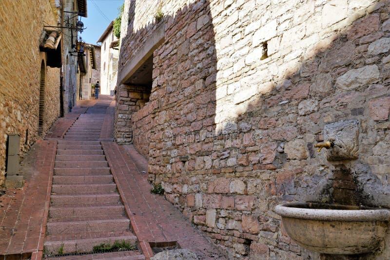 Средневековая улица в городе Assisi, Италии стоковое изображение