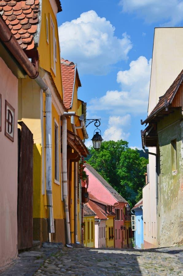 Средневековая улица в Sighisoara, Трансильвании стоковое фото