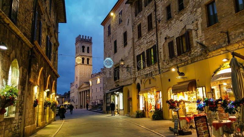 Средневековая улица Assisi вечером в Умбрии, Италии стоковое фото rf