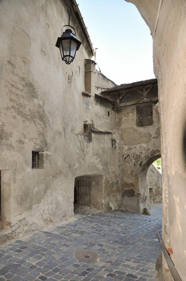 средневековая улица sighisoara стоковые изображения rf