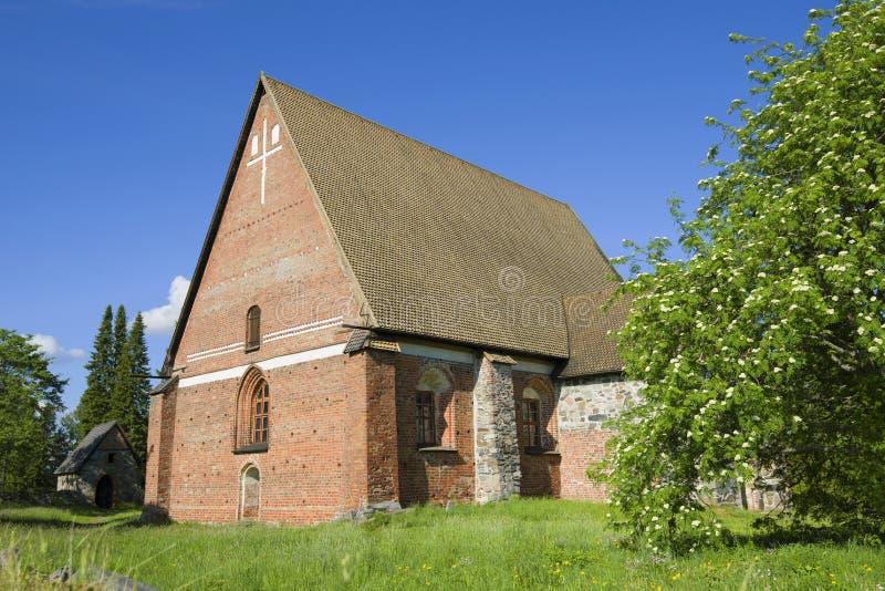 Средневековая церковь святого креста на солнечный день в июне Hatulla, Финляндия стоковые фото