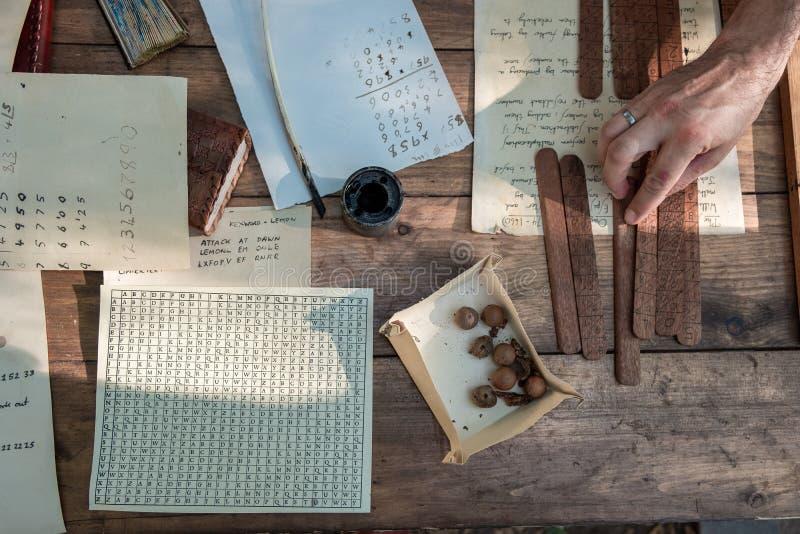 средневековое сочинительство Инструменты для старого сочинительства Тушь и пер стоковые фото