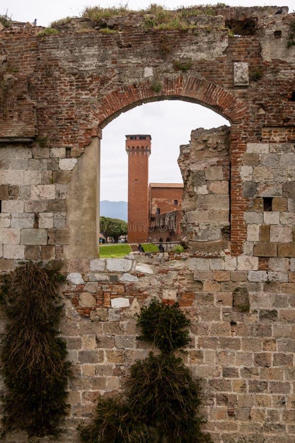 Средневековые башни Torre Guelfa и Torre Ghibellina в зоне Citadella Пизы, Тосканы, Италии стоковое изображение rf