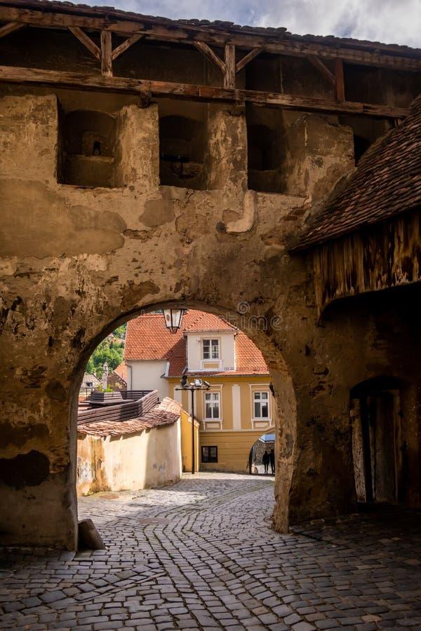 Средневековые ворота в цитадели всемирного наследия ЮНЕСКО Sighișoara, Румынии стоковые изображения