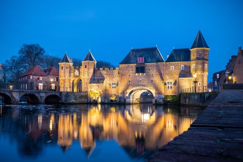 Средневековые ворота города как вход над пропуская рекой; eem, в Амерсфорте Голландии стоковые изображения rf