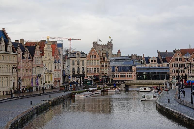 Средневековые здания вдоль набережной реки Lys в Генте стоковое изображение rf