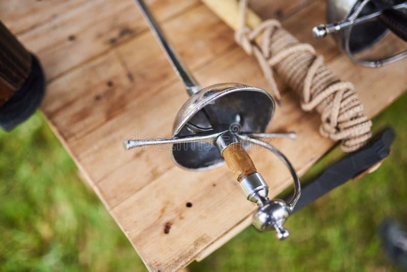 Средневековые оружия на деревянном столе стоковое фото rf