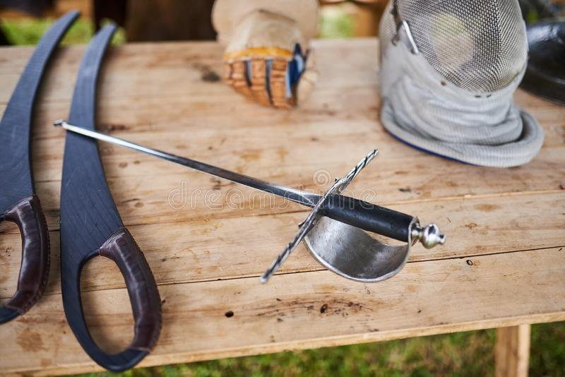 Средневековые оружия на деревянном столе стоковые фотографии rf