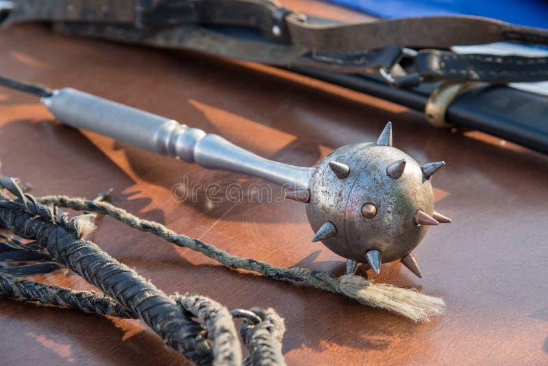 Средневековые оружия сделанные сами по себе на таблице в рынке стоковые фото