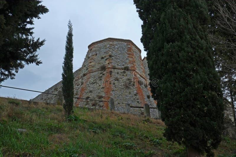 Средневековые стены замка в Verucchio, Италии стоковое изображение rf