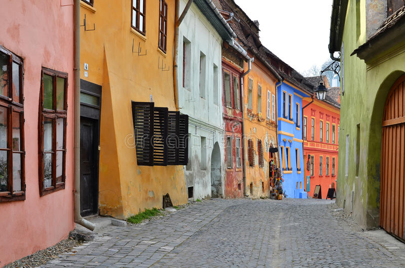 средневековый взгляд улицы sighisoara Румынии стоковые фотографии rf