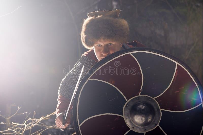 Средневековый воин со шпагой и экраном стоковая фотография rf