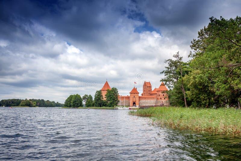 Средневековый готический замок острова Trakai с каменными стенами и башнями стоковые фото