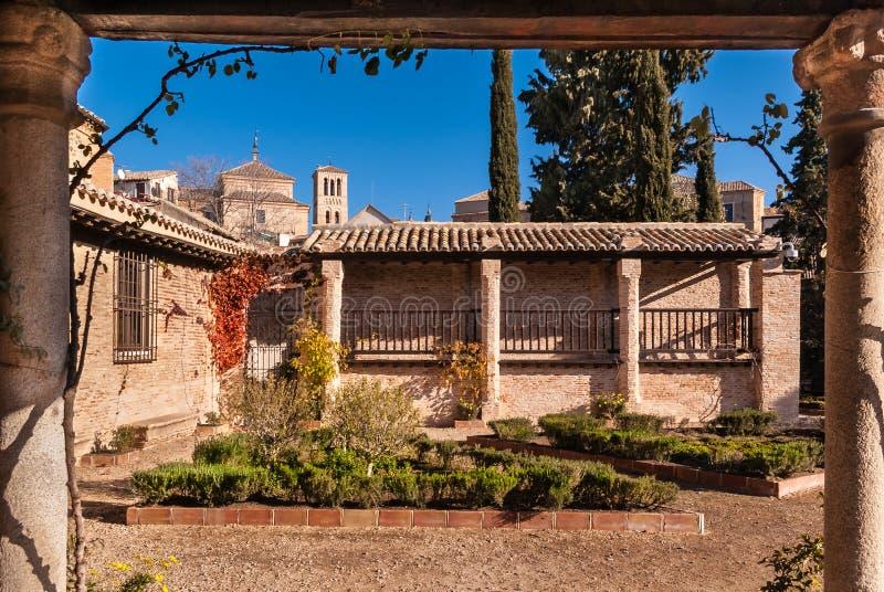 Средневековый дом с садом в Toledo Испании стоковые фотографии rf