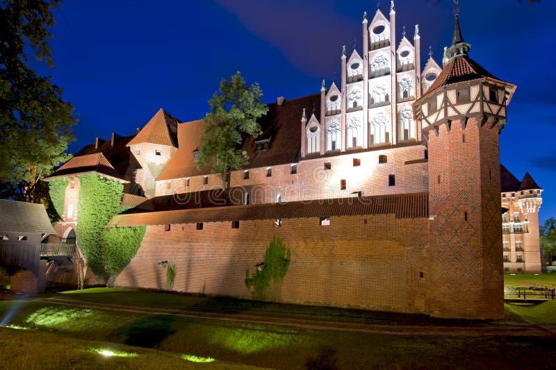 Средневековый замок на ноче стоковая фотография