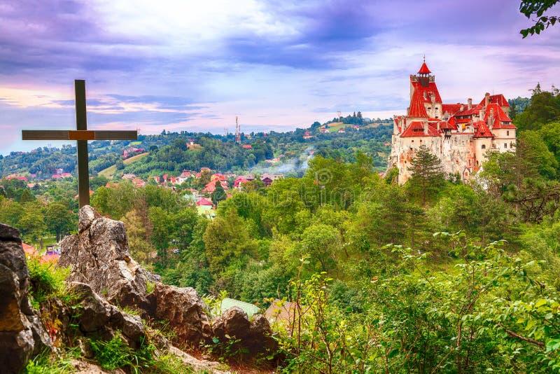 Средневековый замок отрубей известный за миф Дракула стоковые фотографии rf