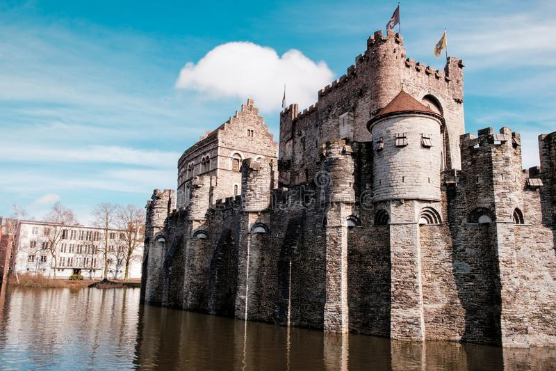 Средневековый замок отсчетов Gravensteen в Генте, Бельгии стоковая фотография rf