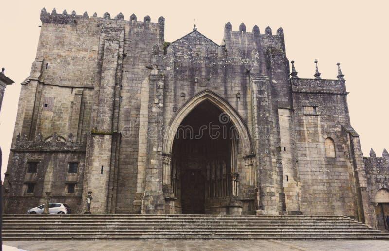 Средневековый католический собор на пасмурный день увял Фасад старого аббатства Старая церковь напольная Религиозная концепция ар стоковая фотография rf