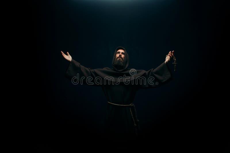 Средневековый монах моля к святому богу, вероисповедание стоковое фото rf